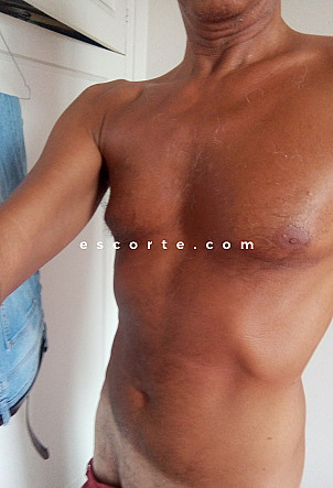 Tomy - Males escort Paris